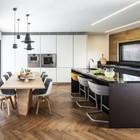 Удобные кресла у кухонного острова сделают утренние завтраки более приятными.