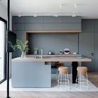 Великолепные изящные барные стулья в серой минималистичной кухне.