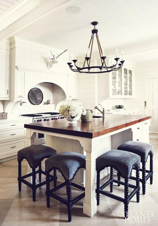 Рустикальная кухня с оригинальными табуретами у кухонного острова.