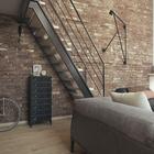 На верхний уровень квартиры ведет стальная лестница в стиле лофт. Под лестницей удобно ставить велосипед.