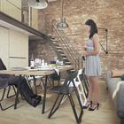 С помощью раскладного стола и стульев несложно гостиную превратить в столовую. В сложенном виде стол и стулья прячутся в шкафы гостиной.