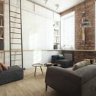 Широкий подоконник служит домашним офисом. Этот подоконник проходит вдоль всех трех окон квартиры.