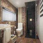 Совмещенный санузел на первом этаже весьма просторен. Кирпичная стена и деревянный пол выгодно смотрятся в интерьере в стиле лофт.