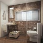 Ванную комнату освещает большое матовое окно выходящее на кухню. Это окно одновременно выполняет функцию кухонного фартука.