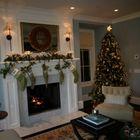 Традиционная новогодняя елка со светящейся звездой на верхушке и золотистыми украшениями. (год обезьяны,елка,новогодняя елка,рождественская елка,новый год,дед мороз,рождество,сделай сам,самоделки,интерьер,дизайн интерьера)