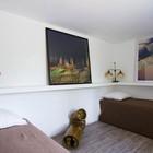 В этой спальне внимание привлекает полочка проходящая по периметру с картинами и ночниками на ней. (спальня,дизайн спальни,интерьер спальни,традиционный,интерьер,дизайн интерьера,мебель)