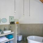 В ванной очень высокие потолки и также открытые деревянные балки. (ванна,санузел,душ,туалет,дизайн ванной,интерьер ванной,сантехника,кафель,интерьер,дизайн интерьера,современный)