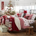 Детская спальня с традиционной елкой, постельным бельем в рождественских цветах и большие носки для подарков на каждой кровати. (детская,игровая,детская комната,детская спальня,дизайн детской,интерьер детской,сделай сам,самоделки,интерьер,дизайн интерьера)