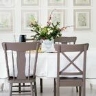 Обеденный стол украсила новогодняя экибана с еловыми веточками. (столовая,дизайн столовой,интерьер столовой,мебель для столовой,интерьер,дизайн интерьера,мебель,традиционный)