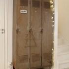 Металлический шкаф украшенный гирляндой и ёлочкой из проволоки выглядит очень индустриально. (хранение,гардероб,шкаф,комод,мебель,индустриальный,лофт,винтаж,стиль лофт,индустриальный стиль,интерьер,дизайн интерьера)