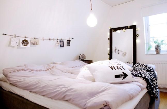 Даже в спальне нашлось место светящейся гирлянде.