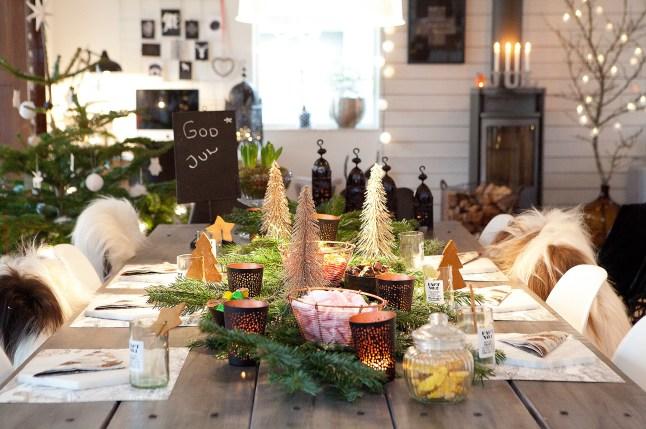 Праздничный стол украшенный к новому году.