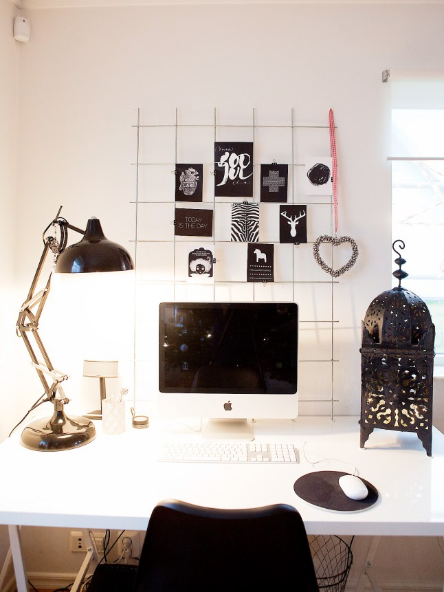 Рабочий стол домашнего офиса с причудливым подсвечником.