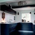Минималистичная кухня в черно-белых цветах украшена веточкой омелы. (кухня,дизайн кухни,интерьер кухни,кухонная мебель,мебель для кухни,скандинавский,интерьер,дизайн интерьера,мебель)