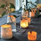 Праздничный стол украшен свечками в причудливых подсвечниках. (столовая,дизайн столовой,интерьер столовой,мебель для столовой,скандинавский,интерьер,дизайн интерьера)
