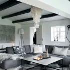 Просторная гостиная в серых тонах с ёлкой в корзине. (гостиная,дизайн гостиной,интерьер гостиной,мебель для гостиной,скандинавский,интерьер,дизайн интерьера,мебель)