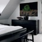 Спальня оформленная в черно-белых цветах украшена маленькой сосной в горшке. (спальня,дизайн спальни,интерьер спальни,скандинавский,интерьер,дизайн интерьера,мебель)