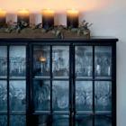Столовая украшена свечками на горке. (столовая,дизайн столовой,интерьер столовой,мебель для столовой,скандинавский,интерьер,дизайн интерьера,мебель)