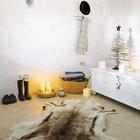 Деревянная ёлочка и шкура на полу больше характерны скандинавскому стилю.