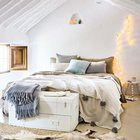 Главная спальня украшена светящейся гирляндой. (спальня,дизайн спальни,интерьер спальни,средиземноморский,интерьер,дизайн интерьера,мебель)