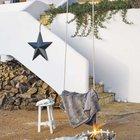 Звездочка на поручне входа в дом напоминает о праздничном времени года.