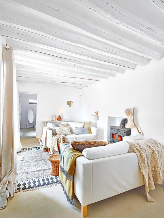 Дизайнер оставила белые оштукатуренные стены и деревянные балки характерные средиземноморскому стилю.