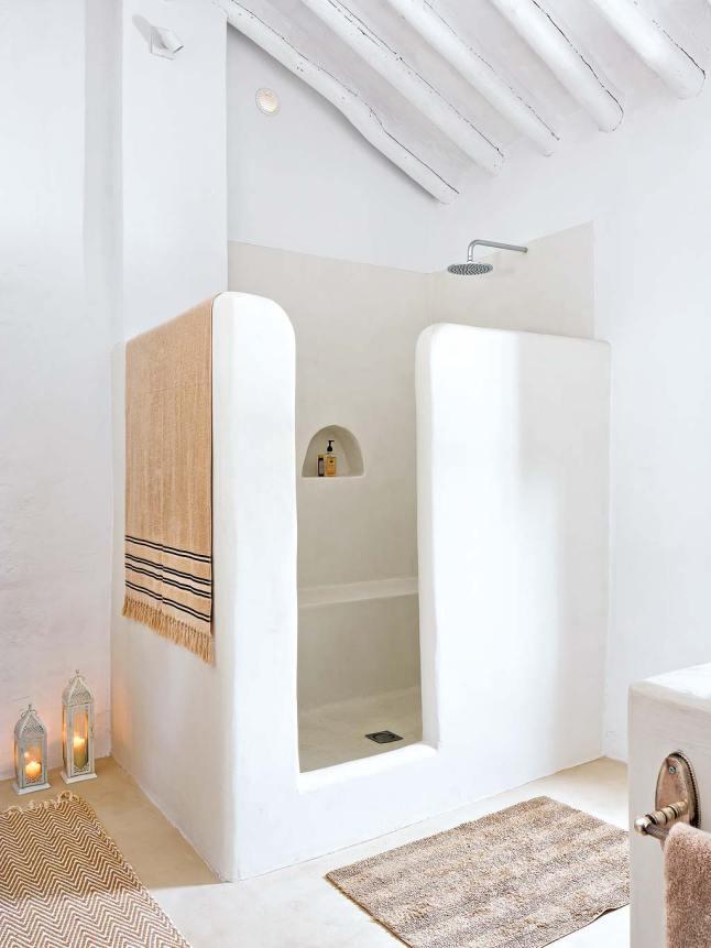 Душевая в как и вся большая ванна в средиземноморском стиле.