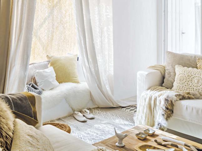 Интерьер уютной гостиной в средиземноморском стиле с нотками скандинавского стиля.