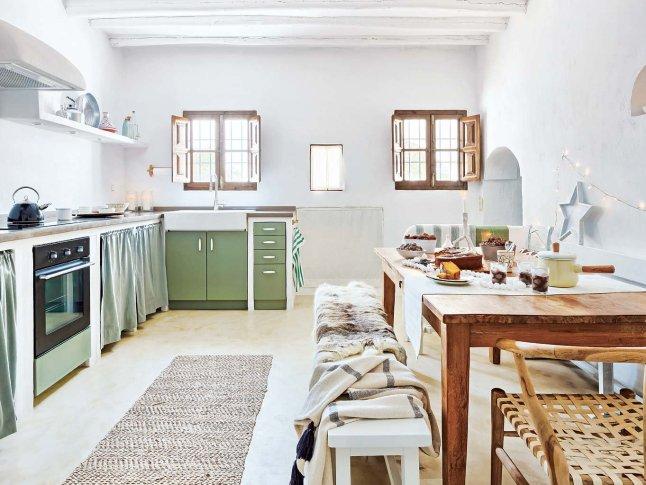 Кухня в традиционном средиземноморском стиле.