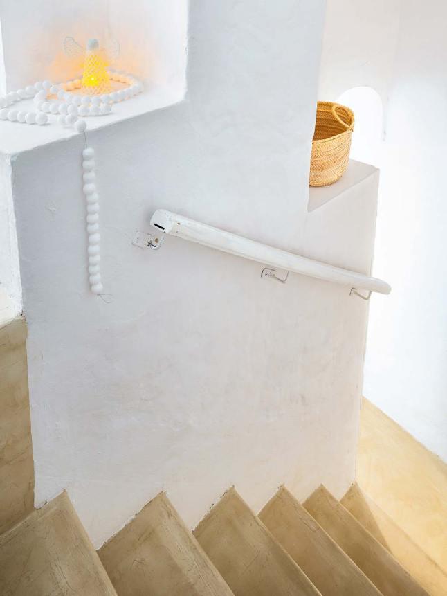Лестницы украшены свечками и гирляндами, в данном случае не светящейся.