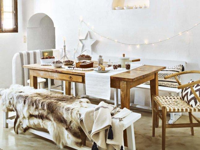 Обеденный стол. Столовая украшена гирляндой, свечками и звездой.