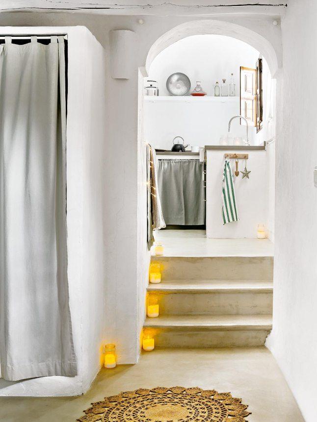 Свечки украшают лестницу ведущую на кухню и столовую.