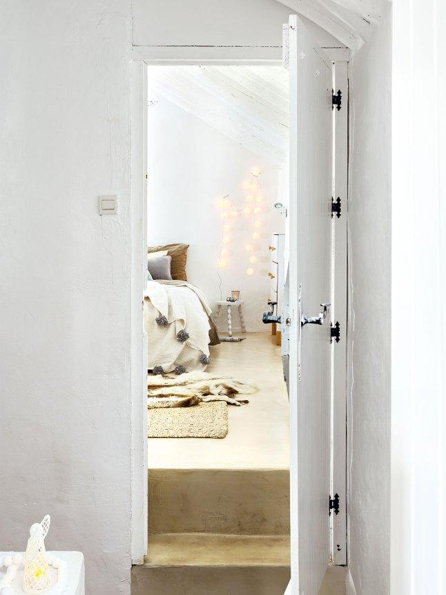 В главную спальню ведет небольшая крутая лестница.