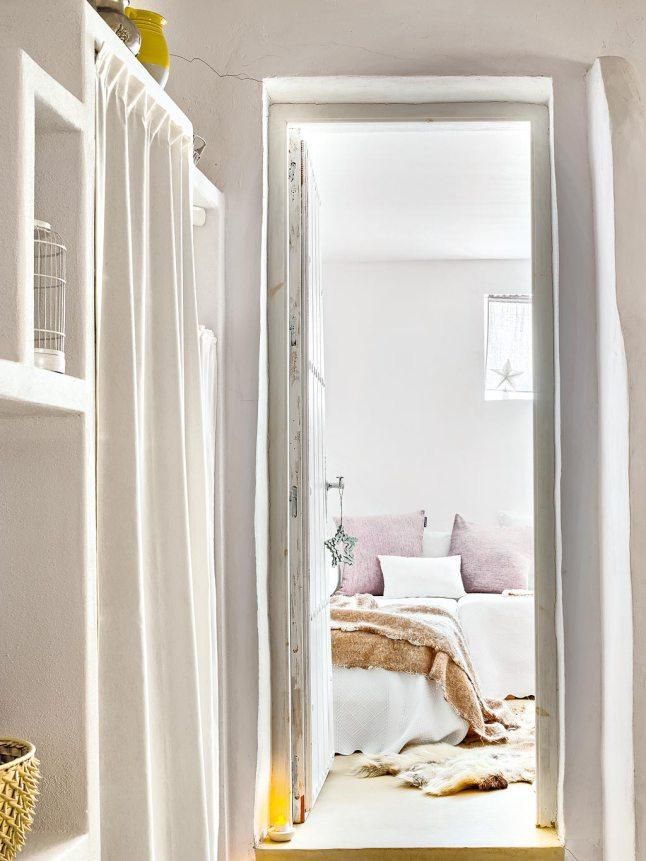 Вторая спальня украшена звездочками на окне и ручке двери.