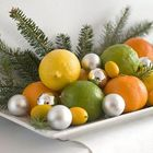 Экибана из хвои, цитрусовых и елочных игрушек. (новый год,рождество,декор,цитрусовые,лимон,апельсин,мандарин,ёлка,сделай сам,самоделки,интерьер,дизайн интерьера)