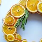 Еще один вариант рождественского венка из ломтиков апельсина.