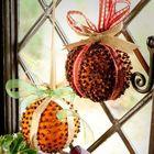 Трудно сказать из чего сделан этот новогодний декор, но, похоже, такие шарики можно изготовить из мандаринок, гречки и декоративных ленточек.