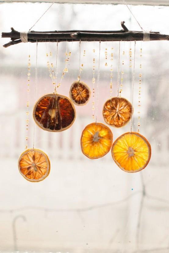 Экзотическое украшение для окна из палочек и ломтиков лимона.