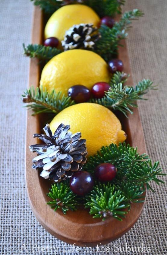 Еще один вариант новогодней экибаны из лимонов, шишек, еловых веточек и крыжовника.