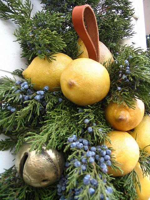 Хвоя, лимоны и колокольчики - отличный рождественский декор.