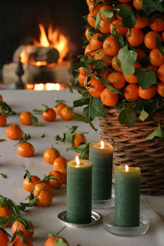 Мандарины на столе и в корзинке тоже украшают.