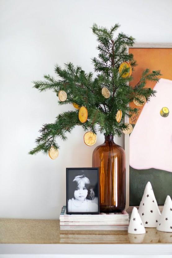 Новогодняя экибана украшенная ломтиками лимона.