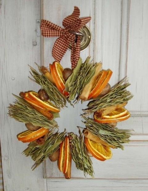 Украшение из ломтиков апельсина, корицы и лавровых листьев.