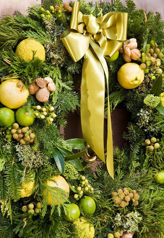 Венок не только с лимонами, но и в лимонных оттенках.