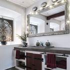 Даже в ванной нашлось место небольшой еловой экибане. (ванна,санузел,душ,туалет,дизайн ванной,интерьер ванной,сантехника,кафель,скандинавский,интерьер,дизайн интерьера,мебель)