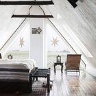 Окна в спальне, которая находится на мансардном этаже, украшают большие звезды. (спальня,дизайн спальни,интерьер спальни,скандинавский,интерьер,дизайн интерьера,мебель)