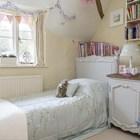 Детскую украшают гирлянды, снежинки и ангелы. (детская,игровая,детская комната,детская спальня,дизайн детской,интерьер детской,интерьер,дизайн интерьера,мебель,викторианский)