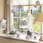 Снежинки на окне и рождественские композиции на подоконнике. (гостиная,дизайн гостиной,интерьер гостиной,мебель для гостиной,традиционный,интерьер,дизайн интерьера,мебель)