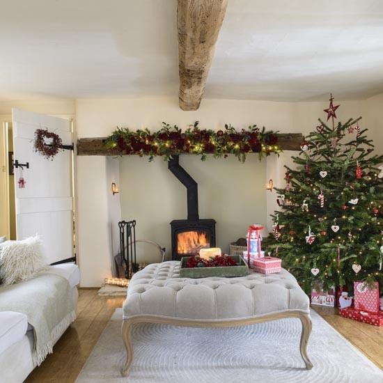 Главным украшением гостиной является большая елка.