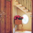 Лестница на второй этаж. Под лестницей элегантное круглое окно.